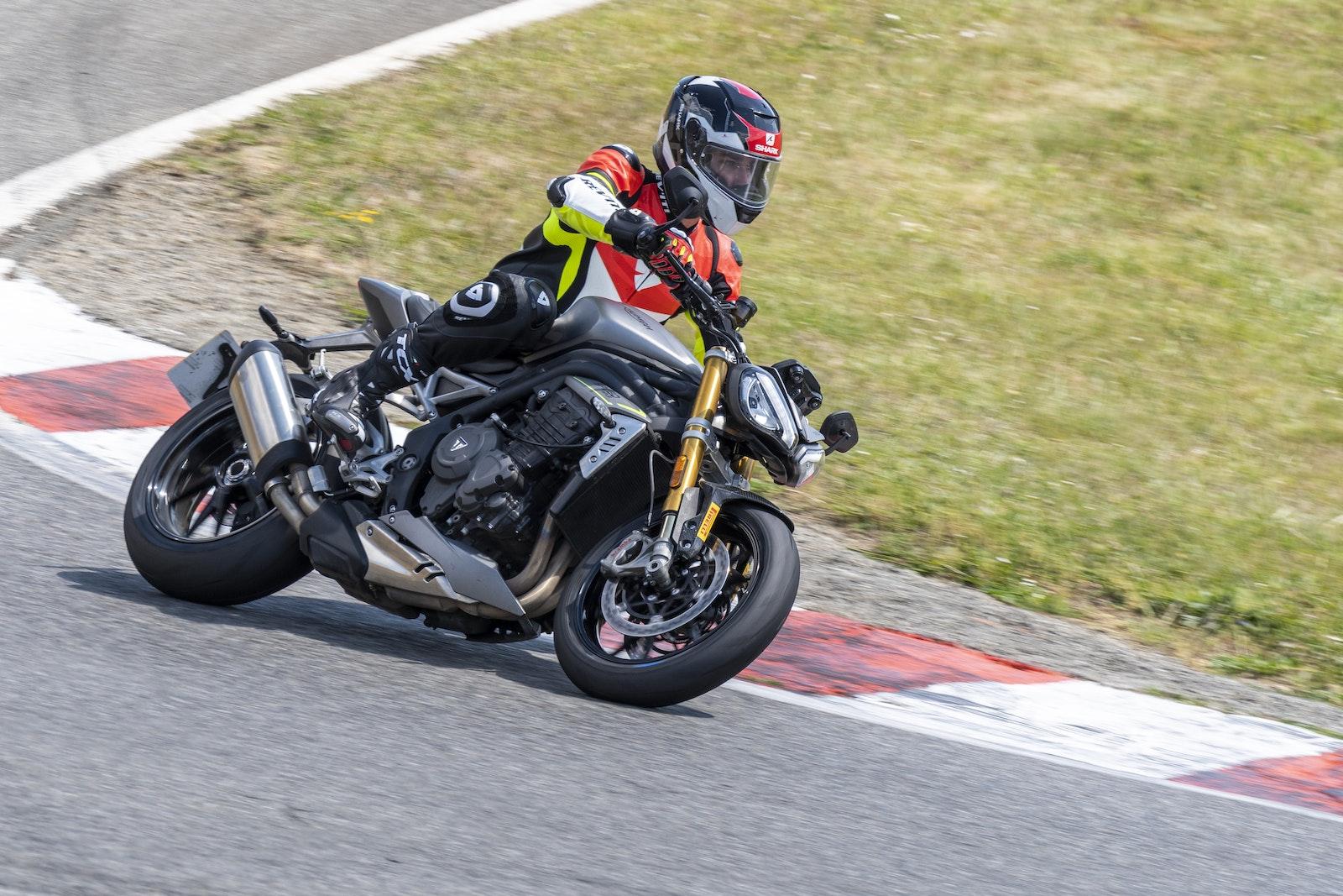 2021_Triumph_SpeedTriple1200RS_01